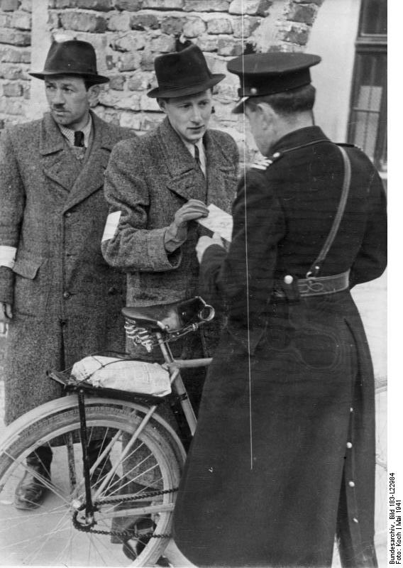 ADN-ZB II. Weltkrieg 1939-1945 Judenverfolgung durch die faschistischen deutschen Besatzungstruppen in Polen. Im Ghetto einer Stadt im Generalgouvernement; polnische Polizisten kontrollieren die Ausweise der jüdischen Einwohner an den Zugängen.
